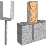 Обычно столбы деревянные для забора, изолированные от влаги битумом  на высоту 20-25 см над поверхностью земли помещают и бетонируют в только что в вырытой лунке, на всю её высоту.   Однако существует более эффективный способ установки деревянных столбов: