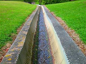 При устройстве открытого дренажа вокруг дома (территории дачного участка) нужно строить дренажные канавы шириной в 50