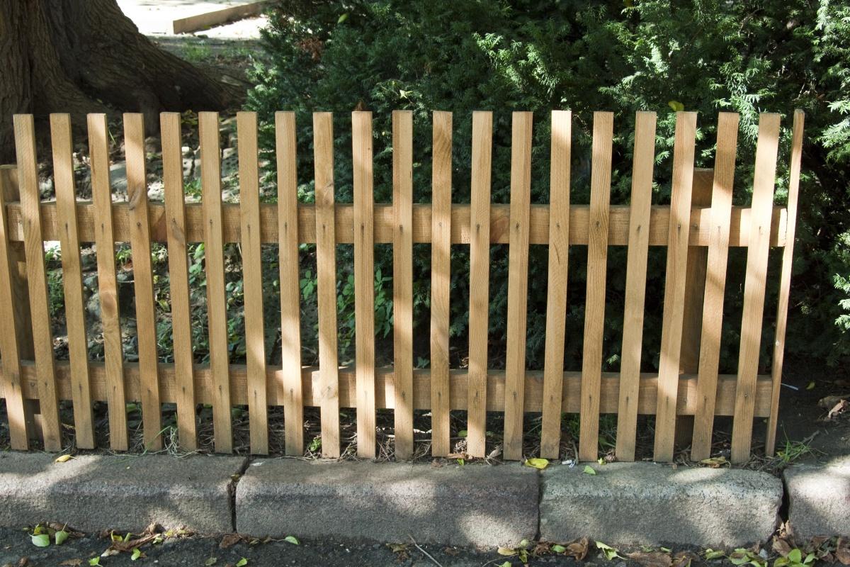 Сделать своими руками забор из штакетника