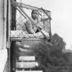 ребенок в вольере на балконе